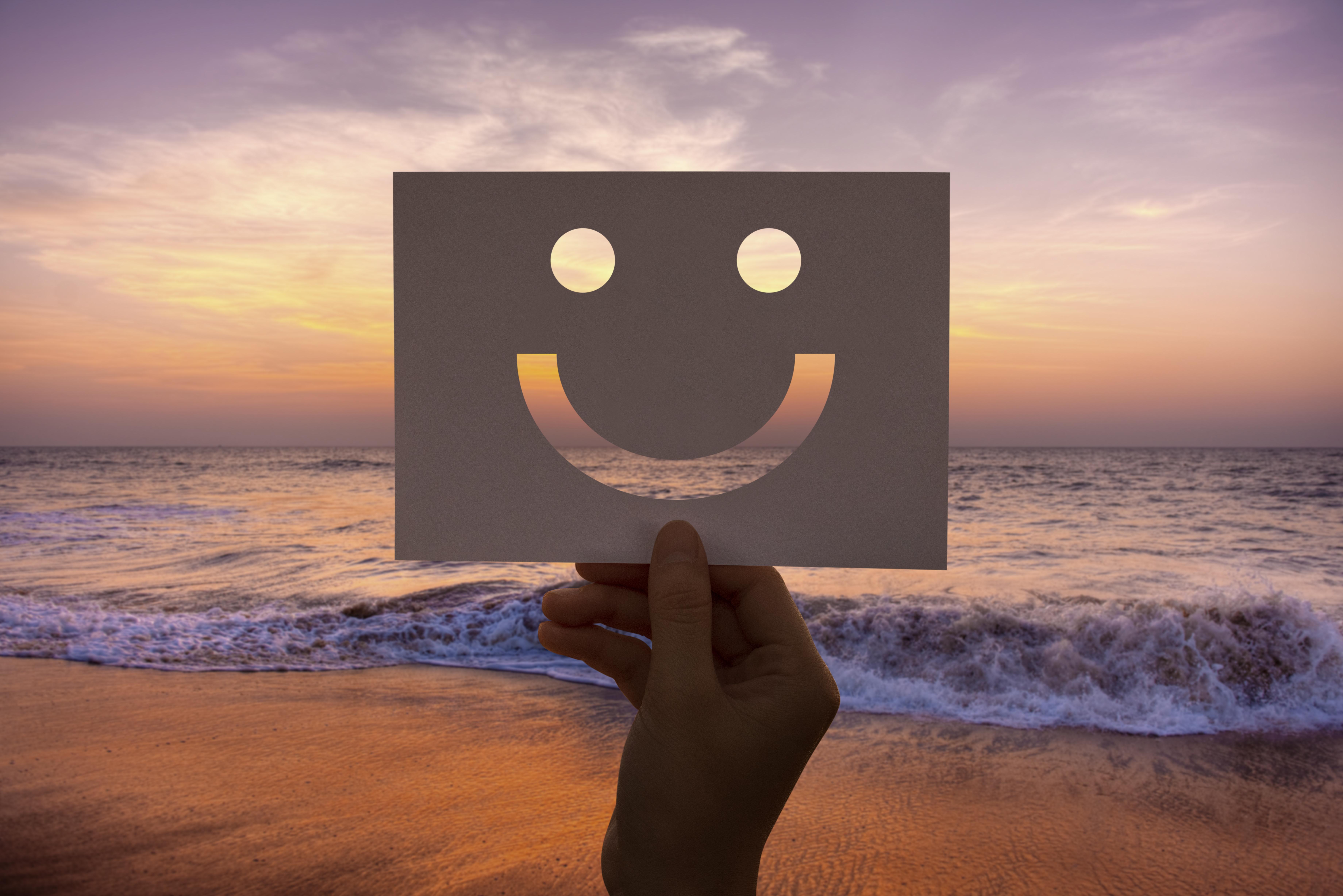 """<a href=""""http://www.freepik.com"""">Designed by rawpixel.com / Freepik</a>"""" width=""""409″ height=""""273″></p> <p>A menudo pensamos que la felicidad es difícil de obtener. Y, si pudieses hacer algo para sentirte mejor desde ahora mismo, ¿lo harías?</p> <p>Pues ya no tienes excusa, aquí tienes una estrategia sencilla para la felicidad.</p> <p>¿Preparada? Pero cómo… ¿no será que la gente más feliz tiene más cosas positivas en su vida?</p> <p><em>El fundador de la Escuela de Psicología Positiva Martin Seligman quiso contestar a esa pregunta.</em></p> <p><em>Hizo un estudio en un grupo de 200 personas y comparó el 10% que decía ser muy feliz con el 10% que decía ser muy infeliz, y también con la media del grupo.</em></p> <p><em>¿Qué comprobó?</em></p> <p><em>Que ese 10% de muy felices, no tenían más eventos en sus vidas objetivamente mejores que el resto de la gente. </em></p> <p>Así que en general, la felicidad es independiente de las cosas buenas o malas que nos suceden, sino que el factor que realmente influye es cómo nos tomamos estas cosas.</p> <p>Todos tenemos penas, cosas que nos arrepentimos de haber hecho, cosas que nos arrepentimos de no haber hecho, cosas que nos duelen, personas que no nos han querido…</p> <p>Entonces, ¿qué distingue a esas personas que dicen ser muy felices?</p> <p>Lo que distingue a las personas que se sienten felices es que<strong>son buenas prestando atención a las cosas buenas que les pasan en la vida. En cambio, no centran tanta atención en las cosas negativas que les ocurren</strong>.</p> <p>Así que, si crees que no eres tan feliz como podrías ser, cambia tu foco de atención, deja de fijarte tanto en lo negativo, fíjate más en lo positivo por muy modesto que te parezca.</p> <p>Pero aquí el secreto… para centrarte en lo positivo tendrás que hacer un esfuerzo consciente. ¿Por qué?</p> <p>Como explica Elsa Punset, tenemos dos sistemas diferentes en nuestro cerebro para los estímulos positivos y negativos. La amígdala utiliza más o menos las dos """